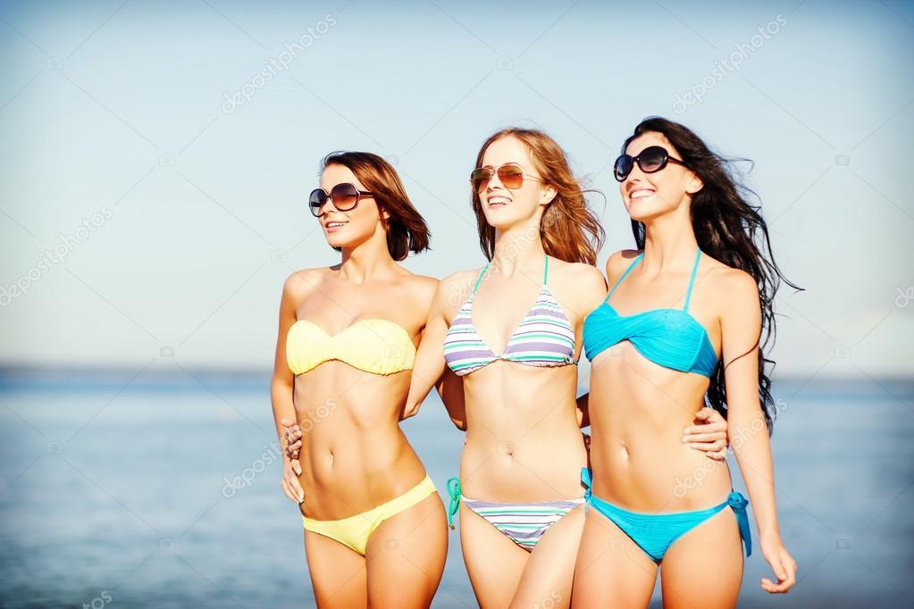 Три девушки модели и один парень 12 фотография