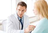 врач со стетоскопом, слушая пациента — Стоковое фото