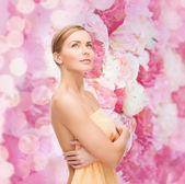красивая женщина в полотенце — Стоковое фото