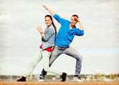 несколько подростков, танцы вне — Стоковое фото