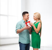 Smiling couple with gift box — Stok fotoğraf