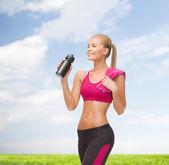 Donna sportiva acqua potabile dalla bottiglia sportivo — Foto Stock