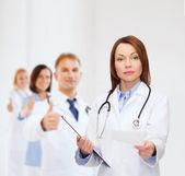 спокойная женщина-врач с буфером обмена — Стоковое фото