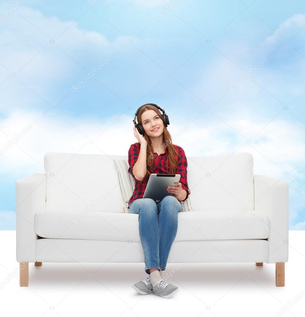 Фото девочка на диване 20 фотография