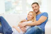 Lachende gelukkige paar thuis — Stockfoto