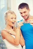 Coppia felice con chiavi — Foto Stock
