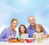 Szczęśliwa rodzina z dwójką dzieci podejmowania kolację w domu — Zdjęcie stockowe