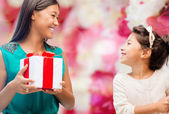 Happy mother and child girl with gift box — Stockfoto