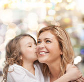 Smiling mother and daughter hugging — Stock fotografie