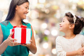 Happy mother and child girl with gift box — Foto de Stock