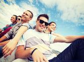 Gruppo di adolescenti appendere fuori — Foto Stock