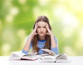 A souligné la fille d'étudiant avec des livres — Photo