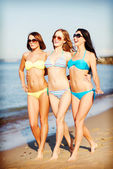 Girls in bikini walking on the beach — Foto de Stock