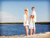 Gelukkige familie met blauwe hemel — Stockfoto