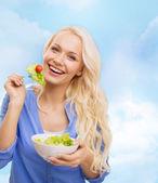 微笑的年轻女子,与绿色沙拉 — 图库照片