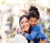 Knuffelen moeder en dochter — Stockfoto