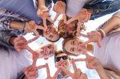 Groupe d'adolescents montrant du doigt cinq — Photo