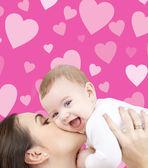 Skrattande bebis leker med mamma — Stockfoto
