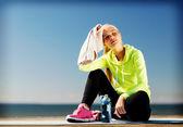 Kobieta odpoczynku po uprawiania sportów na świeżym powietrzu — Zdjęcie stockowe