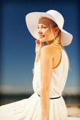 Vacker kvinna njuter sommaren utomhus — Stockfoto