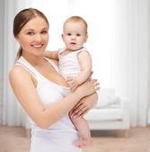 Glad mamma med bedårande barn — Stockfoto