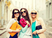 Beautiful girls with bags in the ctiy — Stock Photo