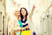 女孩与中城的购物袋 — 图库照片