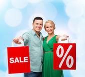 Uśmiechający się para z torby na zakupy — Zdjęcie stockowe