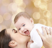 Laughing baby playing with mother — Stockfoto