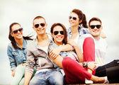 Grupa nastolatków wychodzić — Zdjęcie stockowe
