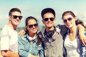 Lachende tieners in zonnebril opknoping buiten — Stockfoto