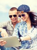 Tonåringar söker på tabletpc — Stockfoto