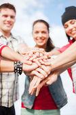Adolescents mains sur le dessus les uns des autres à l'extérieur — Photo