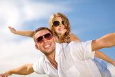 Feliz padre e hijo en gafas de sol sobre el cielo azul — Foto de Stock