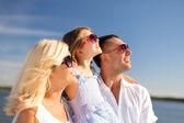 Familia feliz con cielo azul — Foto de Stock