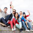 Group of smiling teenagers hanging out — Stockfoto