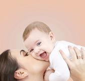 смеющийся ребенок, играя с матерью — Стоковое фото