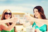 Chicas haciendo un brindis en café en la playa — Foto de Stock