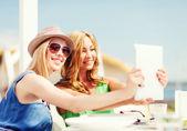 Meninas tirando foto no café na praia — Foto Stock