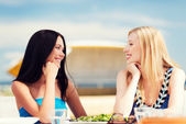 Chicas en café en la playa — Foto de Stock