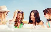 Meninas olhando para tablet pc no café — Foto Stock