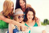 девочки, глядя на планшетных пк в кафе — Стоковое фото