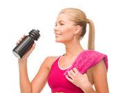 Donna sportiva con bottiglia speciale sportivo — Foto Stock
