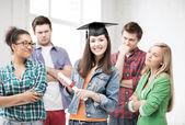 Chica de la tapa con el certificado de graduación — Foto de Stock