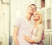 романтическая пара в городе, глядя вверх — Стоковое фото