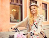 Atrakcyjna kobieta z rowerów w mieście — Zdjęcie stockowe