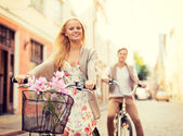 Couple with bicycles in the city — Stock Photo
