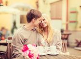 Romantyczny szczęśliwa para całuje w kawiarni — Zdjęcie stockowe