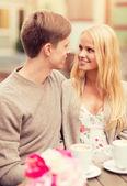 Romantyczny szczęśliwy pary w kawiarni — Zdjęcie stockowe
