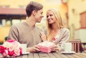 Romantyczna para zadowolony z prezentu w kawiarni — Zdjęcie stockowe